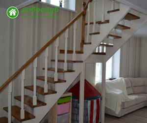 Г-образная деревянная лестница на второй этаж из массива сосны ДоброДуб